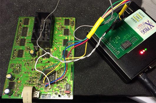 Какие сигналы контролирует электронный блок FRM3 в автомобиле